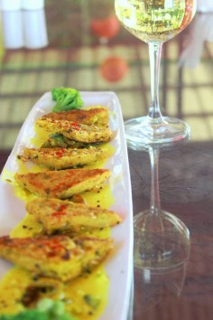 Triangles de panlesses a l'ajowan, sauce kadhi Chickpea flour cakes with ajwain, kadhi sauce and broccoli